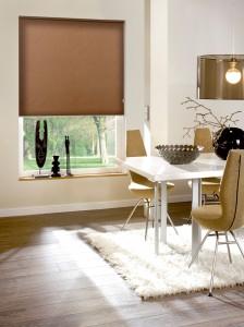 Stylische Fensterdeko in Form von klassischen braunen Rollos